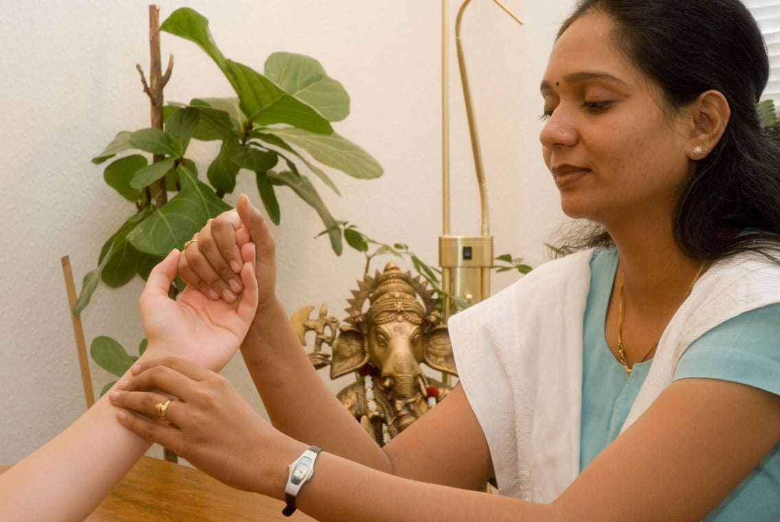 Pulsdiagnose durch die Ayurveda-Ärztin Dr. Tejal Pipaliya der Gujarat Ayurveda Universität in Indien im EIFAM Berlin